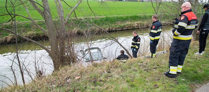 Auto in het water, bestuurder gewond