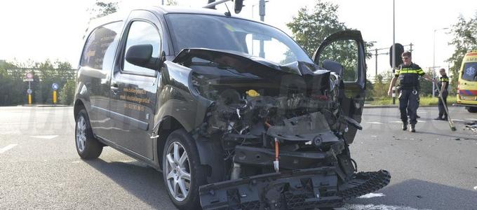 Bestuurder bestelwagen gewond na aanrijding met vrachtwagen