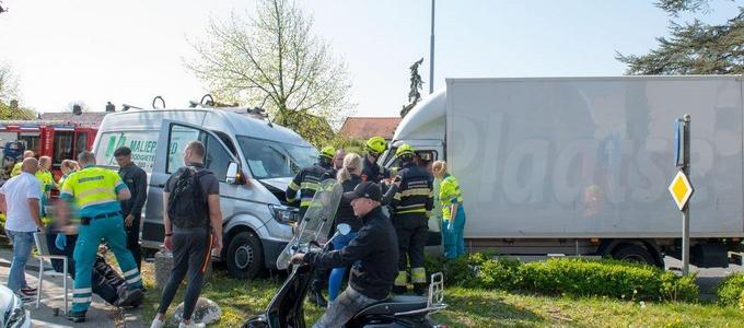 Bestuurder bakwagen ernstig gewond door aanrijding