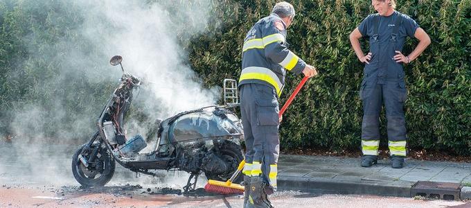 Scooter vat vlam tijdens het rijden