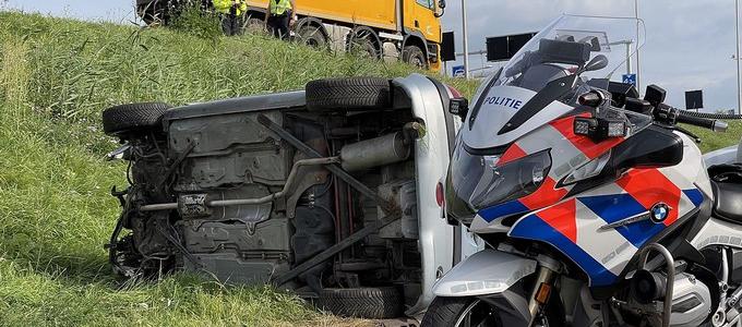 Automobiliste rijdt van talud en raakt gewond