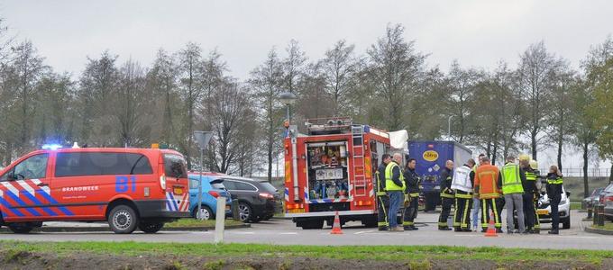 Brandweer onderzoekt lekkage gevaarlijke stof in vrachtwagen